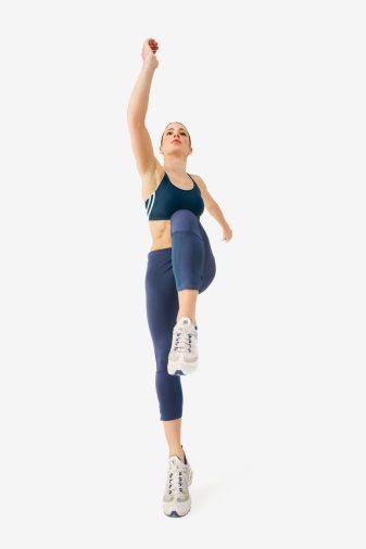Bu hareketlere ek olarak, yürüyüş ve aerobik yapabilirsin. Eğer fazla kilon yoksa haftanın üç günü 45 dakikalık bir aerobik programı sana iyi gelecektir. Fakat fazla kiloların varsa ve bu hareketler sana yetmiyorsa, her gün bir saat yürüyüş ve haftanın bir günü de 45 dakikalık aerobik programına katılabilirsin.